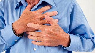 Mann greift sich ans Herz
