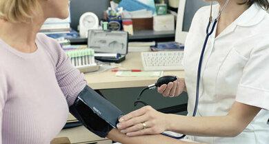 Blutdruckkontrolle in der Arztpraxis