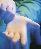 Mit Handschuhen schützen sich Ärzte und Pfleger vor Blutkontakt