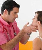 Der Arzt tastet nach geschwollenen Lymphknoten