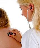 Das Abhören der Lungen mit dem Stethoskop liefert Hinweise für die Diagnose