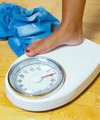 Eine Überfunktion der Schilddrüse kann zu einer Gewichtsabnahme führen, eine Unterfunktion zu einer Gewichtszunahme