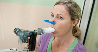 Ein Lungenfunktionstest hilft, die Diagnose Asthma zu stellen