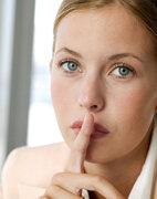 Pst! Bei einer akuten Kehlkopfentzündung unbedingt die Stimme schonen