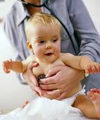 Wenn starker Schnupfen dem Baby zu schaffen macht, unbedingt mit ihm zum Kinderarzt