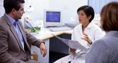 Verstopfte Nase: Könnte ein Arzneimittel schuld sein? Fragen SIe Ihren Arzt oder Apotheker