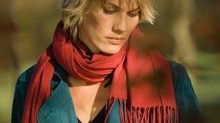 Frau mit rotem Schal