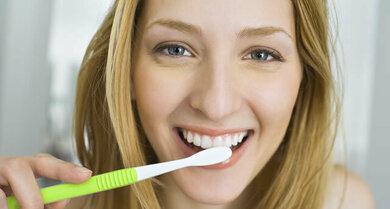 Auch bei Zungenbrennen ist regelmäßige Mundhygiene wichtig. Zunge nicht vergessen und milde Mittel nehmen