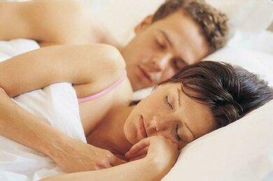 Auch über Begleitbeschwerden bei Tinnitus wie etwa Schlafstörungen sollte der Arzt Bescheid wissen