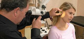 Untersuchung vom Ohr mit Mikroskop