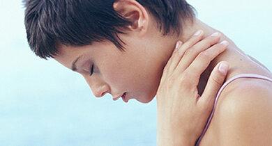 Verspannt im Nacken und tinnitusgeplagt: Ohrgeräusche hängen manchmal auch mit Problemen an der Halswirbelsäule zusammen