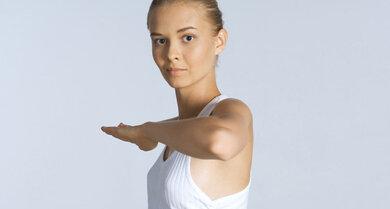 Ellbogen zeigen: Ist auch bei Übungen für die Schulter mit dabei