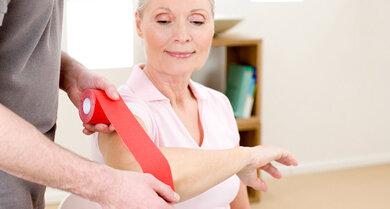 Nach Verletzungen und bei bestimmten Gliederschmerzen: Viele setzen auf Tapen