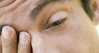 Trockene Augen reibt man sich gerne, sollte es aber nicht dabei belassen