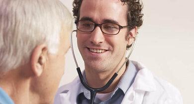 Lassen Sie ein geschwollenes Auge vom Augenarzt begutachten