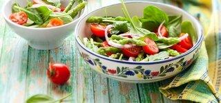 Spargelsalat mit Tomaten und Basilikum Spargel