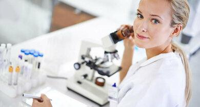 Krebsfrüherkennung: Ein Abstrich vom Gebärmutterhals wird auf Zellverändungen untersucht