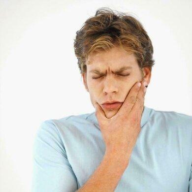 Auch von entzündeten Zahnwurzeln kann ein Abszess ausgehen