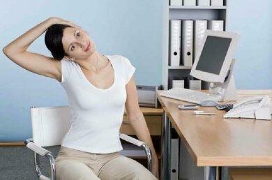 Verspannungen am Hals lösen: Sanft mit dem Kopf Widerstand gegen den Druck der Hand ausüben, dann die Seite wechseln