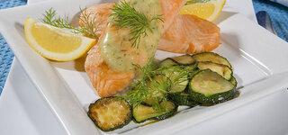 Lachs mit Senfsauce und Zucchiniwürfel