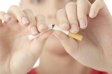Mit dem Rauchen aufhören, weniger Kaffee: Beides kann helfen, eine Art ängstliche Unruhe abzubauen
