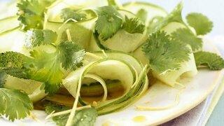 Gurkensalat mit Chili, Ingwer und Koriander