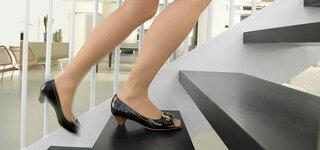Frau geht eine Treppe hoch