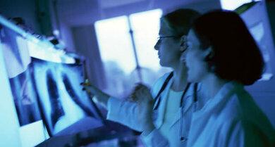 Eine Lungenentzündung lässt sich meist in einer Röntgenaufnahme erkennen