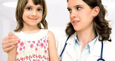 Ein Kind, das wiederholt Fieber hat, sollte der Arzt eingehend untersuchen