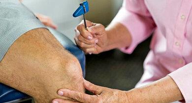 Reflexprüfung: Hier an der Kniescheibensehne
