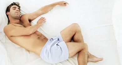 Beine beim Einschlafen kurz wie elektrisiert? Das ist in aller Regel harmlos