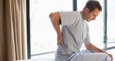 Nicht zum Frühaufsteher werden wegen Kreuzweh: Überprüfen Sie Ihre Schlafstatt, bei hartnäckigen Beschwerden zum Arzt