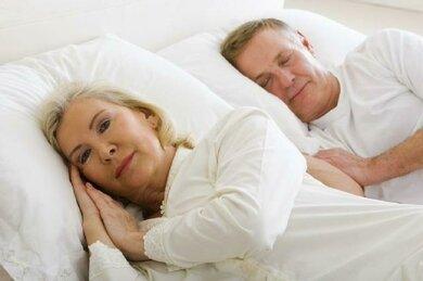 Beim Erkennen einer Schlafstörung manchmal entscheidend: Der/die BettpartnerIn