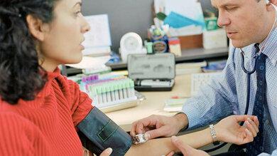 Kontrolle des Blutdrucks: Gehört zur Abklärung einer Schlafstörung