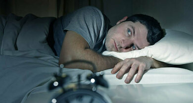 Einschlafschwierigkeiten können durch einen verschobenen Schlaf-Wach-Rhythmus bedingt sein
