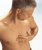 Brustschmerz: harmlos oder nicht? Zu Warnzeichen gehören: schneller Puls, Schwäche, Übelkeit, Angstschweiß, Atemnot