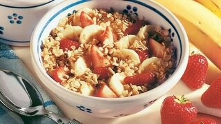 Müsli mit Erdbeeren und Bananen