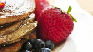 Pancake mit Heidelbeeren und Erdbeeren