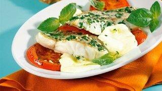Seelachsfilet mit Tomaten und Mozarella