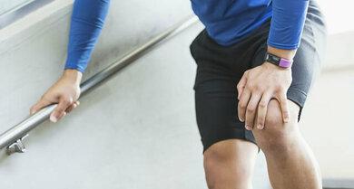 Knieschmerzen beim Sport können auf eine Belastungsreaktion des Gelenks hinweisen