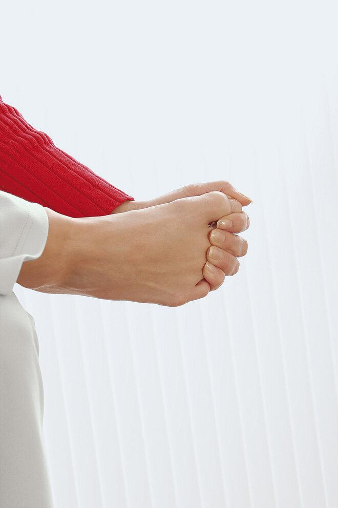Fußgymnastik-Finger über Zehen legen