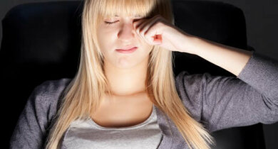 Bei Hauterkrankungen können sich auch die Augenlider entzünden und jucken