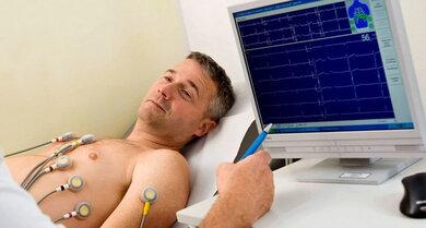 EKG: Kann Hinweise auf manche Herz- und Lungenerkrankungen geben, ein Normalbefund schließt sie aber nicht aus