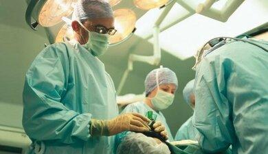 Bei akuten starken Unterbauchbeschwerden zügig in eine geeignete Klinik