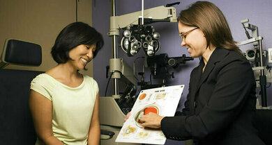 Gefäßschäden durch Diabetes (wie hier zu sehen) und Bluthochdruck summieren sich – auch an der Netzhaut