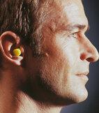 Ohrstöpsel dämpfen die lauten Geräusche der MRT