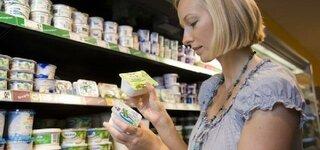 Frau kauf im Supermarkt ein