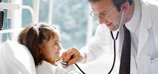 Arzt untersucht Mädchen