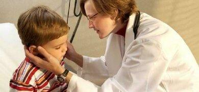 Bei Halsschmerzen können geschwollene Lymphknoten am Hals tastbar sein