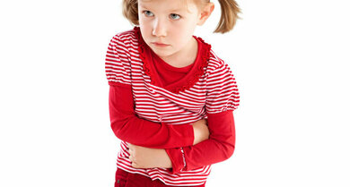 Bauchweh bei Kindern: Dahinter kann vieles stecken, manchmal sogar auch Scharlach (typische Symptome siehe Text)